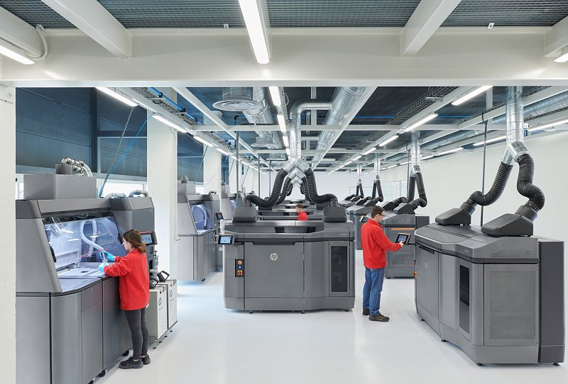 1542792381-HP-Jet-Fusion-4210-3D-Printer-Fleet-2.jpg